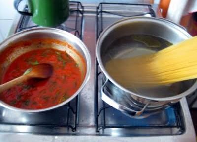 Macarrão com molho de manjericão e tomate