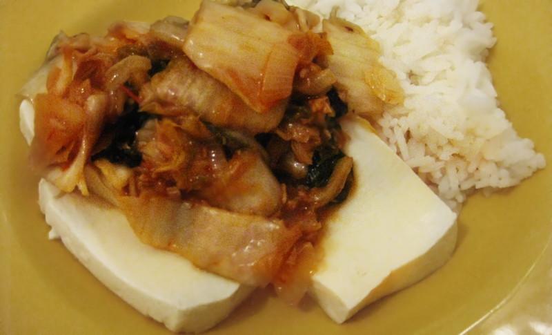 두부김치 (Dubu Kimchi) - Kimchi com tofu